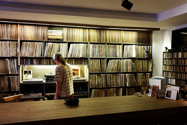 1989년 1월 시작한 카페 흐르는 물은 100년가게와 이어가게로 지정된 오래된 가게다. 이곳에서는 LP와 라이브로 음악을 들을 수 있다. 사진은 흐르는물 내부 모습.