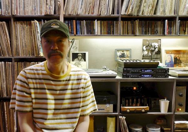 카페 '흐르는물' 안원섭 대표는 가게에서 시 쓰고, 노래하고, 기타 치며 동네 사람들과 함께 살아간다.