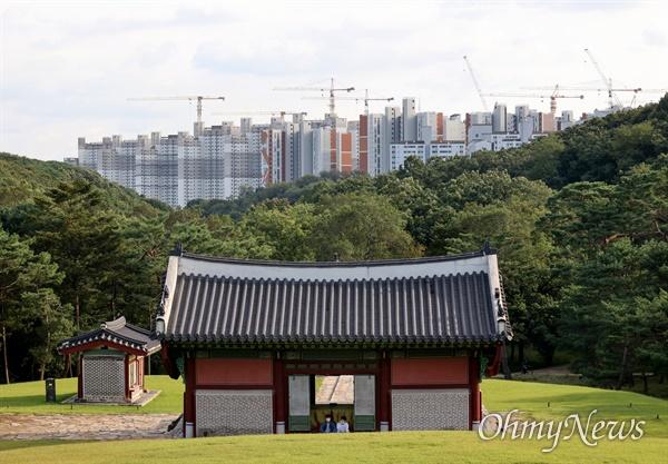 문화재청은 김포장릉 인근 검단신도시에 허가 없이 아파트를 짓고 있는 건설사 3곳을 문화재보호법 위반 혐의로 경찰에 고발했다.