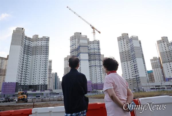 청와대 홈페이지 국민청원 게시판에 '김포 장릉 인근에 문화재청 허가 없이 올라간 아파트의 철거를 촉구합니다'라는 제목의 글이 게재됐다.