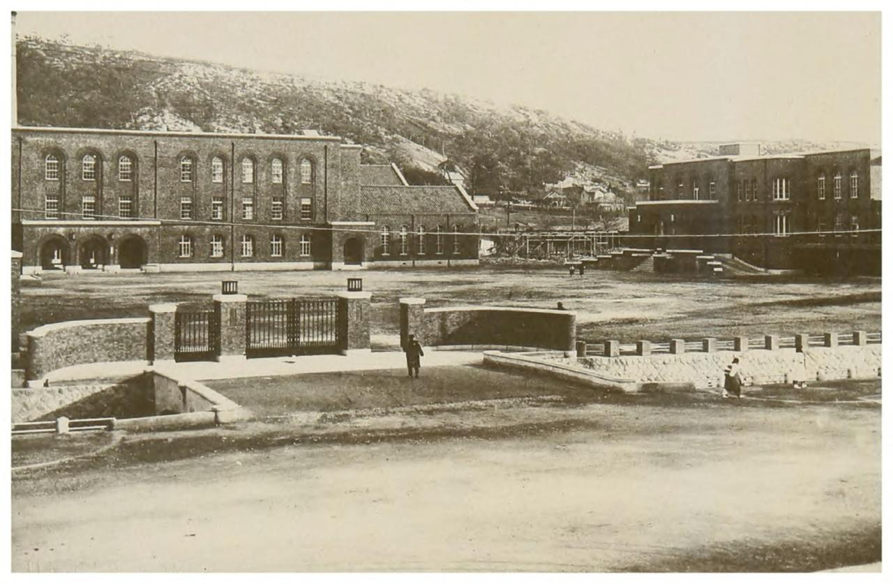 일본은 도쿄(1886), 교토(1897), 도호쿠(1907), 규슈(1911), 홋카이도(1918)에 이어, 제국 내 여섯 번째 제국대학으로 경성제국대학(1926)을 설립했다. 제국대학은 총 9개가 문을 열었다. 경성제국대학 이후 다이호쿠(1928), 오사카(1931), 나고야(1939)에 문을 열었다. 경성제국대학은 일제가 식민지에 처음 개설한 제국대학이다. 사진 왼쪽 건물이 경성제대 법문학부이고, 오른쪽이 본부 건물이다.