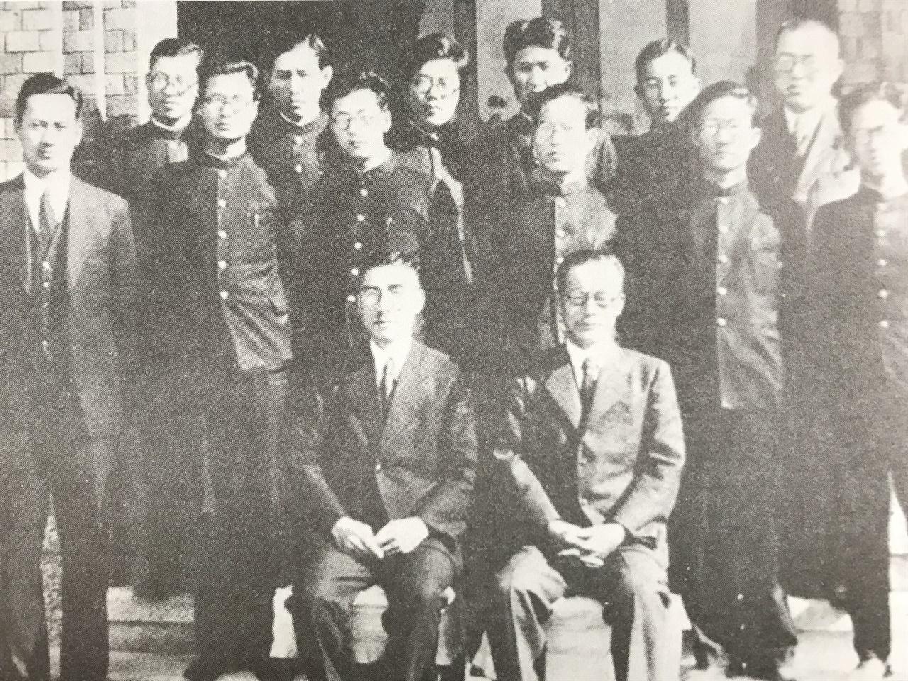 오구라 신페이는 다카하시 도루와 함께, 경성제국대학 조선어문학과 교수로 학생을 가르쳤다. 그의 문하에서 한국 국어학계와 도서관계를 이끌어가는 사람이 여럿 배출된다. 앞줄에 앉은 사람 중 왼쪽이 오구라 신페이다.