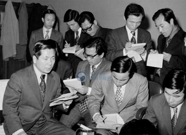 1974년 정부를 대표해 북한을 비판하는 성명을 발표하는 김동호 당시 문공부 보도국장(왼쪽)