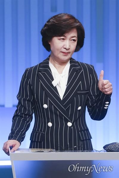 더불어민주당 추미애 대선 경선 후보가 28일 서울 목동 SBS에서 열린 '더불어민주당 제20대 대선 후보 TV토론회에 참석, 방송 준비를 하고 있다.