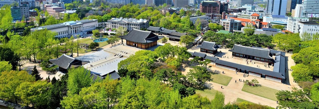 덕수궁 전각 축선을 명확히 볼 수 있다. 중화전 뒤 즉조당이 궁궐 축을 결정하는 중심건축물이다.