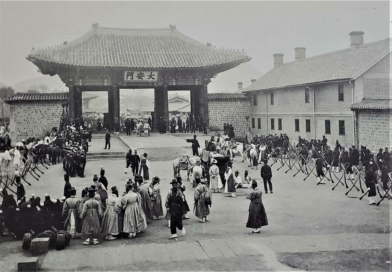 1904년 이전 모습. 3도 월대가 뚜렷하고, 우측으로 서양식 사무공간이 보임. 현재의 시청앞 광장 부근에 위치하였고, 1906년 중건을 거치면서 '대한문'으로 이름을 바꿈.