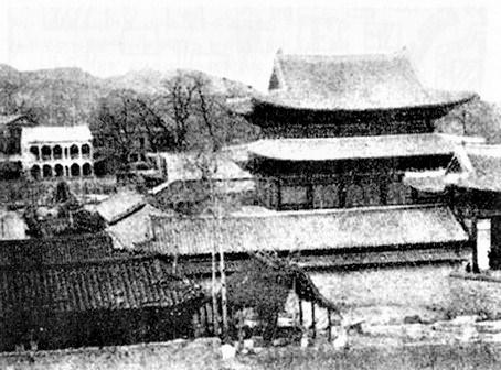 1904년 화재 이전 모습. 현재 석조전 자리에 지금은 사리진 구성헌이 보이고, 중화문에 잇댄 행각도 뚜렷함.