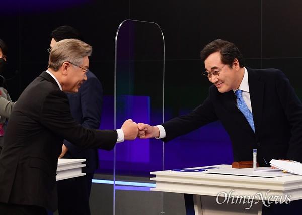 더불어민주당 대권주자인 이재명 경기지사(왼쪽)와 이낙연 전 대표가 9월 30일 서울 중구 TV조선에서 열린 방송토론회에 앞서 인사하고 있다.
