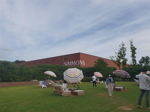 이천에 있는 가구공장을 이용해서 만든 시몬스 테라스는 이천의 새로운 핫 플레이스가 되었다.