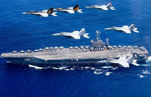 필리핀해 근방에서 미국의 인도-태평양 소속의 항공모함이 군사훈련을 하고 있다.