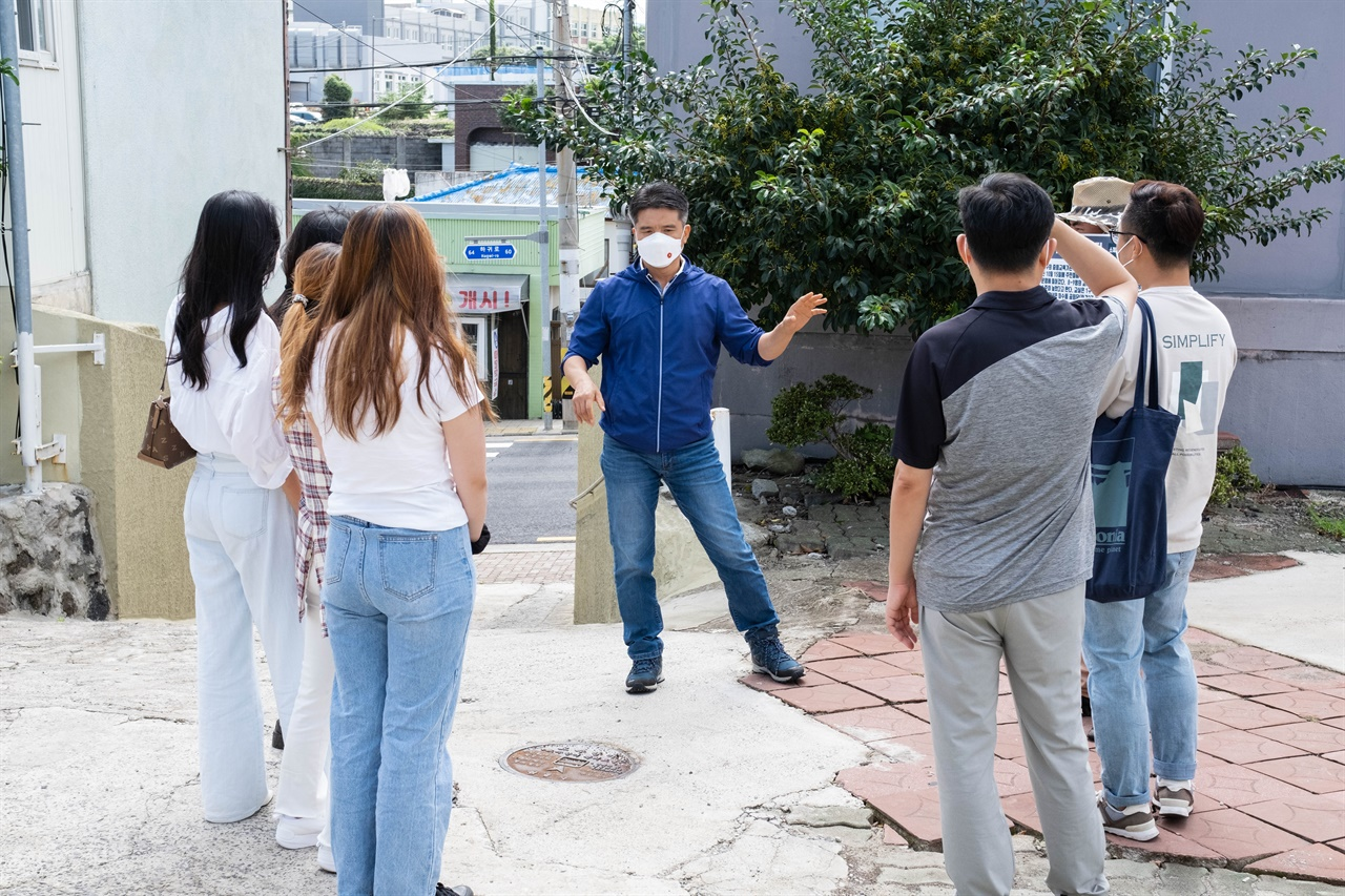지난 9월 25일 제주4·3 유적지 시민지킴이단이 하귀중학원  2학년 교실 옛터 입구에서 답사 활동을 벌이고 있다.
