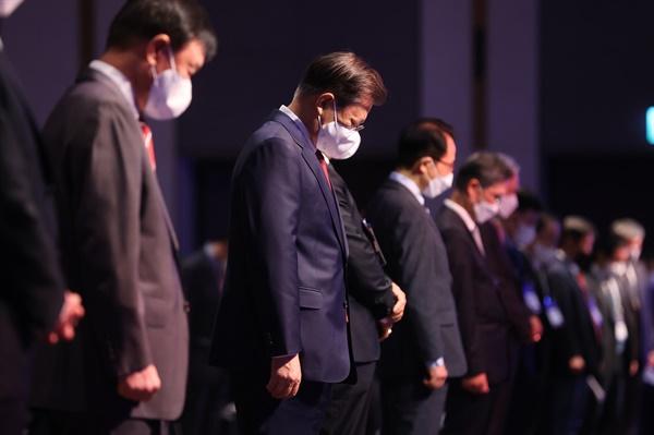 문재인 대통령이 5일 서울 그랜드 워커힐호텔에서 열린 제15회 세계한인의 날 기념식에서 순국선열 및 호국영령에 대한 묵념을 하고 있다.