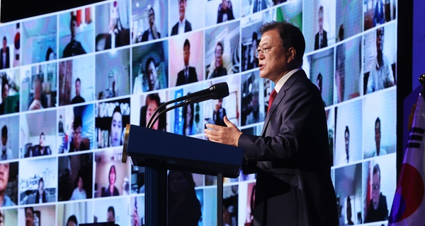 문재인 대통령이 5일 서울 그랜드 워커힐호텔에서 열린 제15회 세계한인의 날 기념식에서 기념사를 하고 있다.