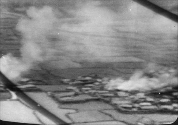 4·3 당시 '제주도의 메이데이'에 촬영된 불타는 오라리 마을의 모습.