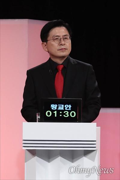 국민의힘 황교안 대선 경선 예비후보가 지난 5일 오후 서울 여의도 한국방송공사 스튜디오에서 제6차 방송토론회를 준비하고 있다.
