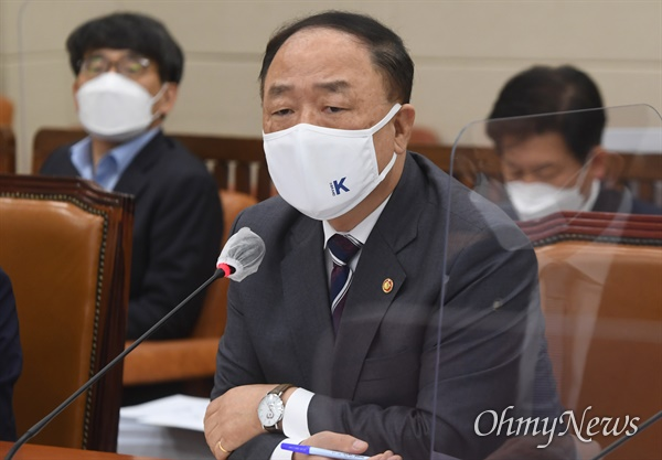 홍남기 경제부총리 겸 기획재정부 장관이 6일 서울 여의도 국회에서 열린 기획재정부 국정감사에서 의원 질의에 답하고 있다.