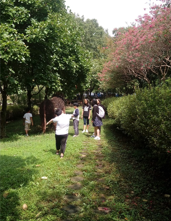 해보면민의 날 용천사 주변에서 산책을 하고 있다.