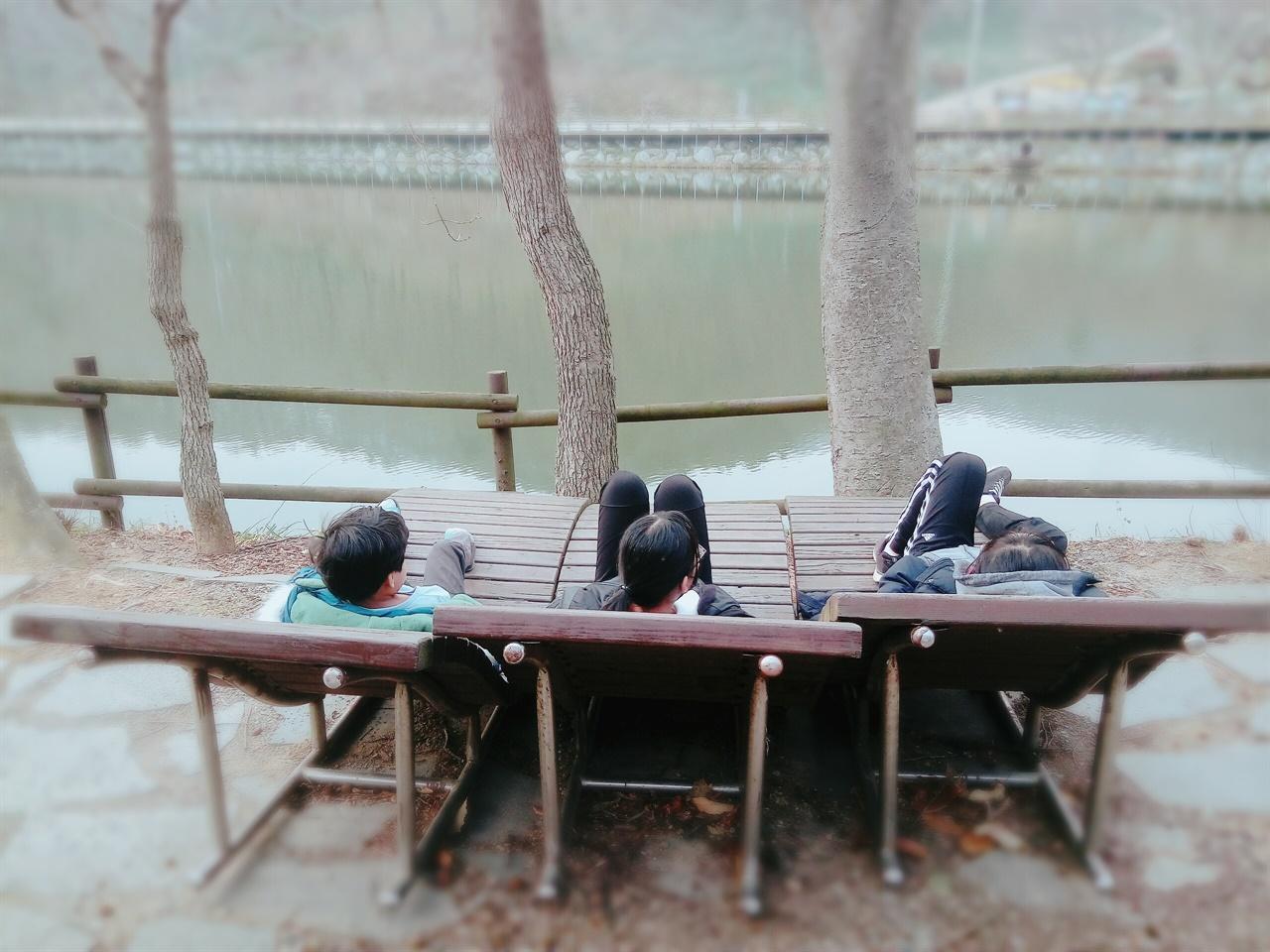 오두마을 주민들이 용천사 호수앞에서 여유를 만끽하고 있다.