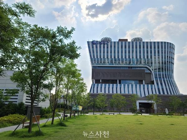 한국중부발전㈜에서 운영하는 서울화력발전소가 지하로 들어가고 지상은 공원으로 변한 모습.