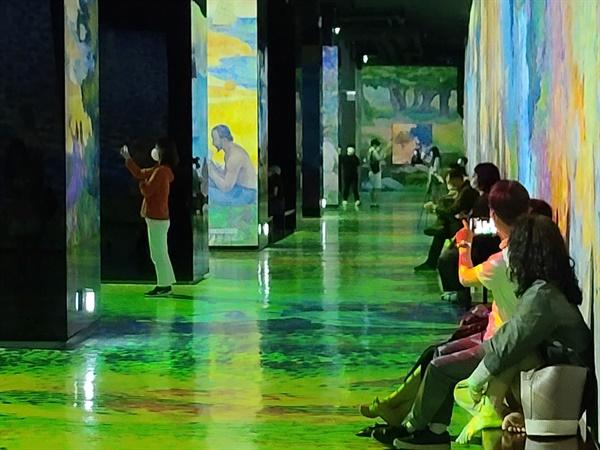 통신 벙커에서 미디어아트 공간으로 거듭난 '빛의 벙커'(제주 소재)에서 관람객들이 신기한 듯 즐기고 있다.
