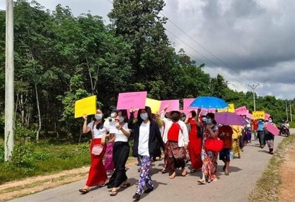 6일 양곤 짜인셋 지역, 여성들의 반독재 시위