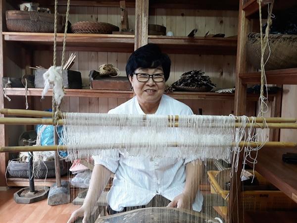 춘포짜기 전수조교인 김희순씨는 명주를 날실, 모시를 씨실로 하는 춘포는 삼베, 모시, 명주와는 다른 색다른 매력이 있다고 강조했다.