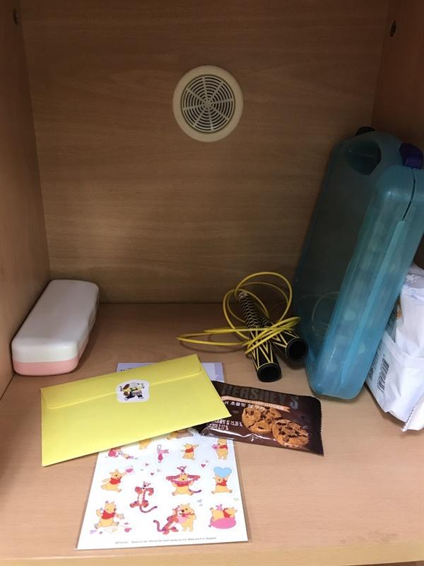친구의 사물함 안에 넣어둔 마니또의 작은 선물과 손편지입니다.