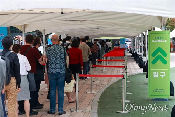 7일 오후 서울시청앞에 설치된 코로나19 임시선별진료소에서 검사를 받기 위해 시민들이 길게 줄 서 있다.