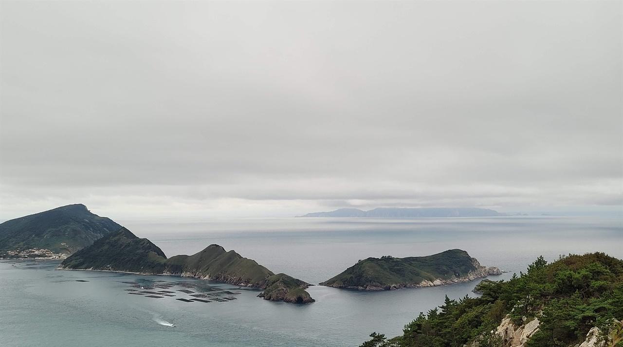 왼쪽 대장도에는 한국에서 세 번째로 등록된 람사르 습지가 있다. 멀리 희미하게 보이는 섬이 홍도이다.