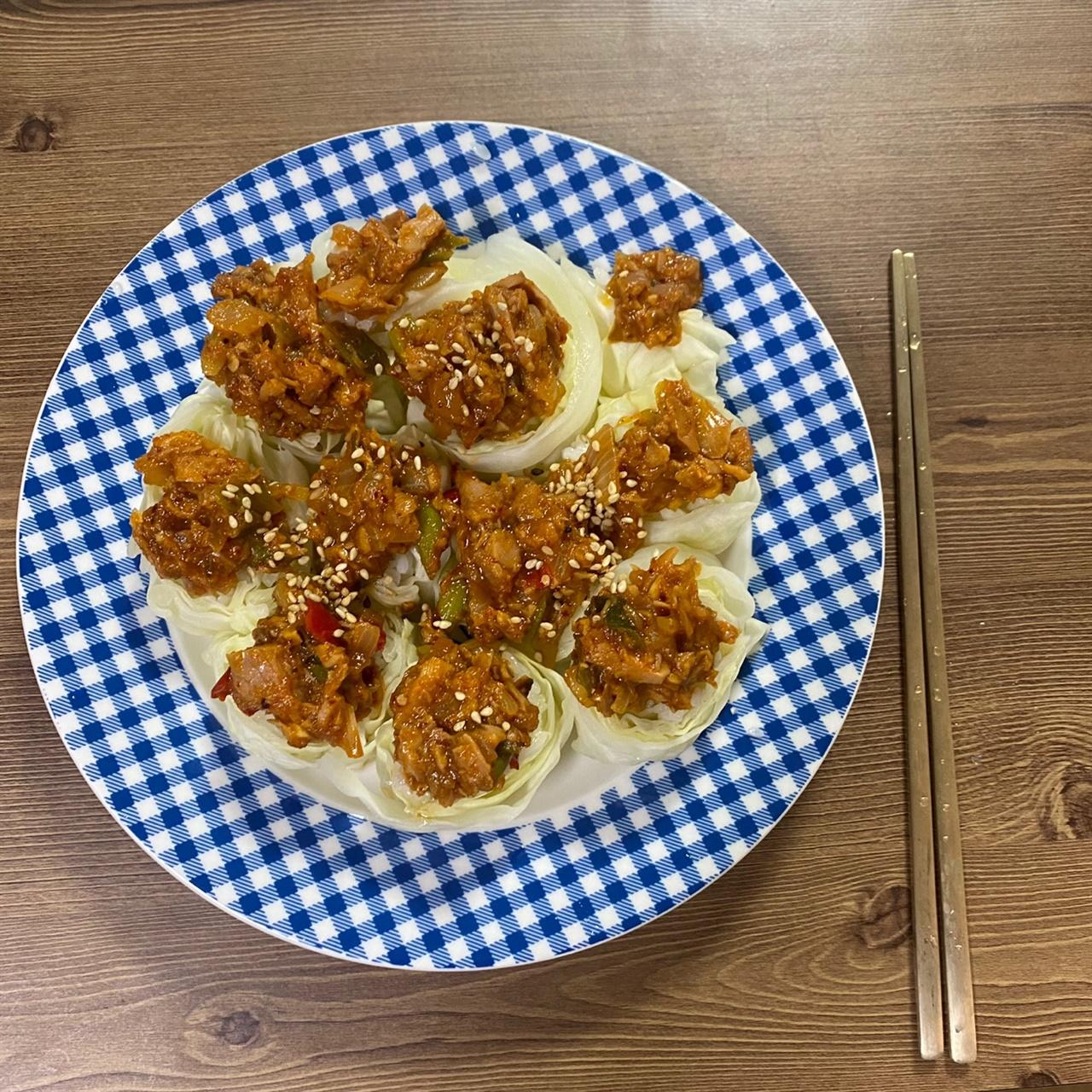 양배추 롤 위에 참치 쌈장을 올려먹으면, 을매나 맛있게요?