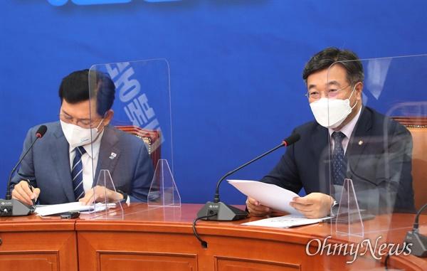 8일 오전 서울 여의도 국회에서 열린 더불어민주당 최고위원회의에서 윤호중 원내대표가 발언을 하고 있다.