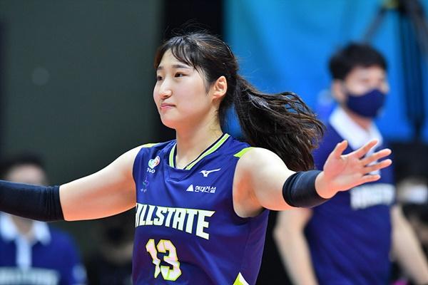 정지윤은 도쿄 올림픽 이후 김연경으로부터 '한국배구 차세대 에이스'로 낙점 받았다.