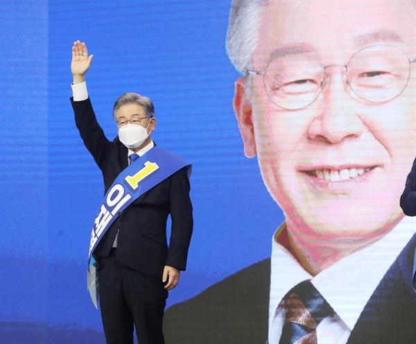 더불어민주당 이재명 대선 경선 후보가 9일 오후 경기도 수원시 영통구 수원컨벤션센터에서 열린 경기 합동연설회에서 인사하고 있다.