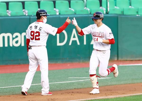 SSG의 주전 유격수로 활약 중인 박성한이 9일 롯데전서 상대 선발 이승헌으로부터 결승 솔로포를 뽑아냈다.