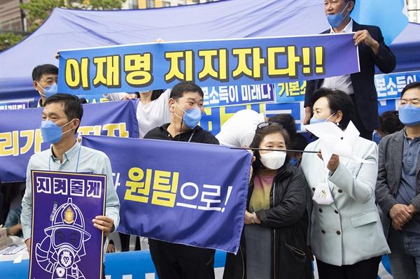 지난 9일 더불어민주당 경기지역 순회경선이 열린 수원컨벤션센터 앞에서 이재명 후보 지지자가 현장 응원을 하고 있다.