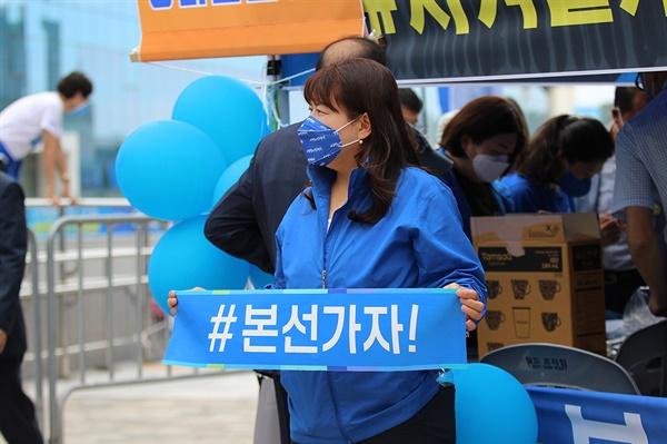 지난 9일 더불어민주당 경기지역 순회경선이 열린 수원컨벤션센터 앞에서 이낙연 후보 지지자가 현장 응원을 하고 있다.