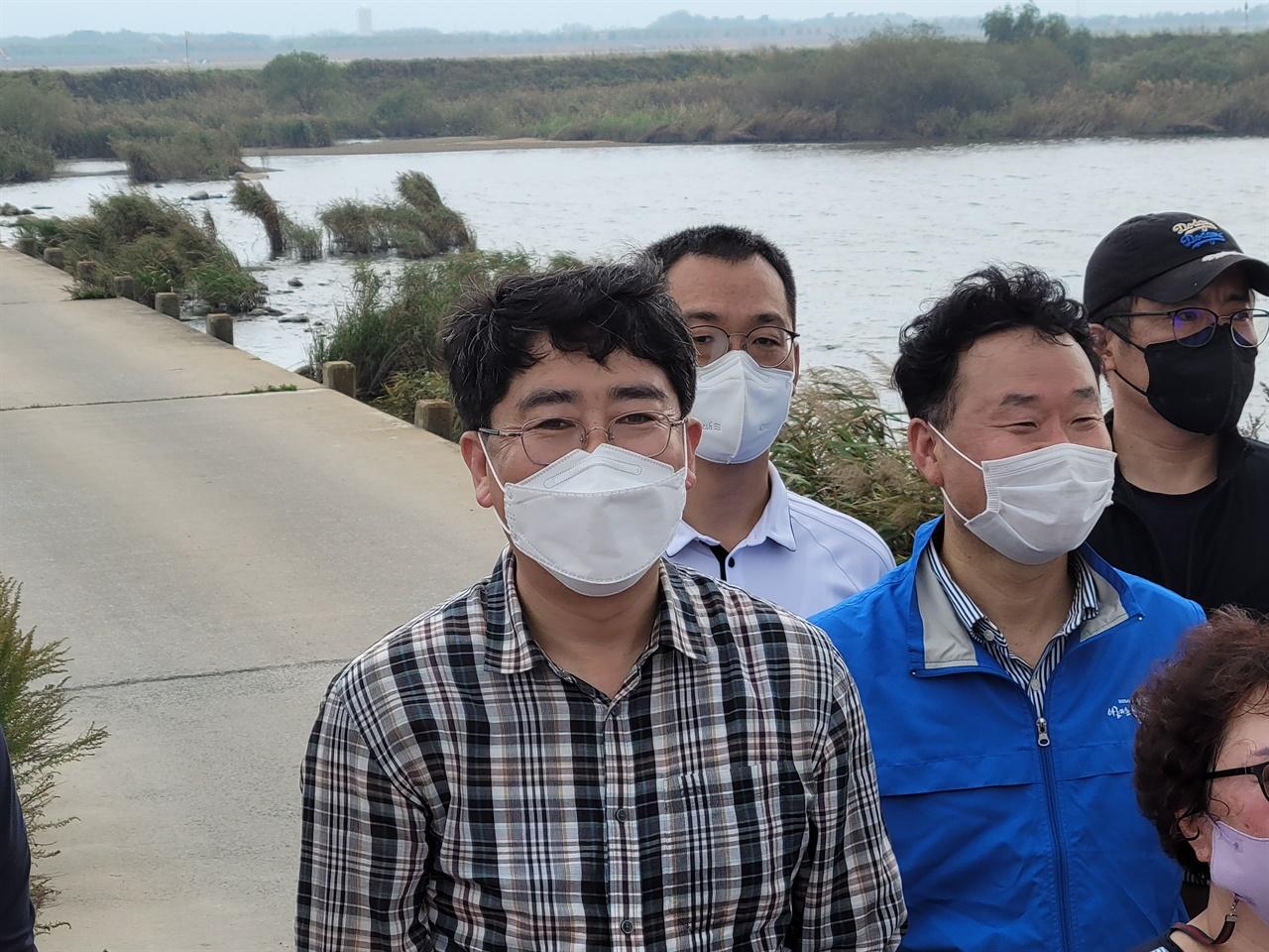 서산태안환경운동연합에서 사무국장을 지낸 맹 시장은 쓰레기 청소가 끝난 후, 천수만 주변에서 철새 기행에 대해 설명해 주기도 했다.