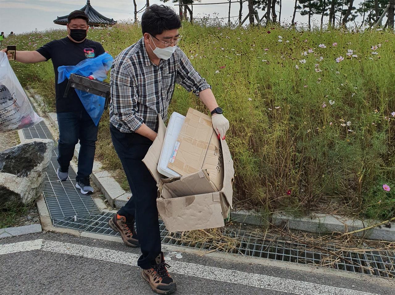 자원봉사자들이 간월호 코스모스길 쓰레기를 치우기 위해 직접 나섰으며, 맹정호 서산시장도 동참했다.