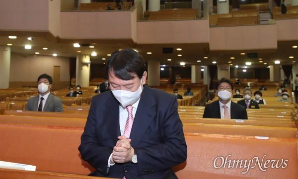 국민의힘 윤석열 대선 경선 예비후보가 10일 오전 서울 여의도 순복음교회 본당을 찾아 예배에 앞서 기도하고 있다.