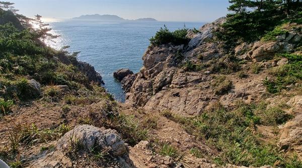 마도 곳곳에는 이처럼 깎아지른 듯한 절경을 쉽게 볼 수 있다. 이곳은 갯바위 낚시꾼들이 위험을 무릅쓰고 내려가 낚시를 하는 곳이기도 하다.