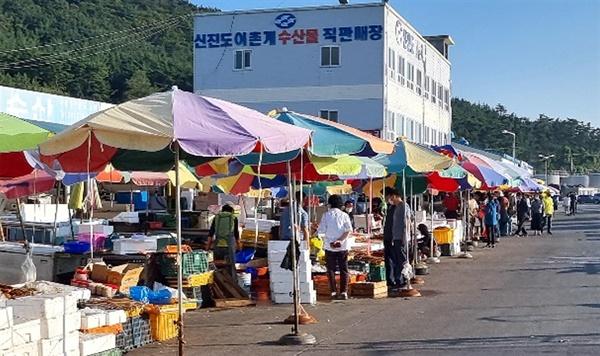 신진도수산시장에도 싱싱한 꽃게를 구입하려는 관광객들의 발길이 이어졌다.