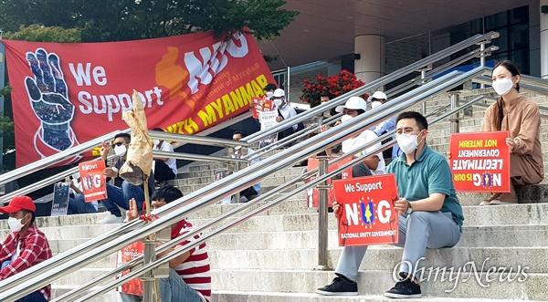 """10월 10일 오후 창원역 광장에서 열린 """"미얀마 민주주의 연대 32차 일요시위""""."""