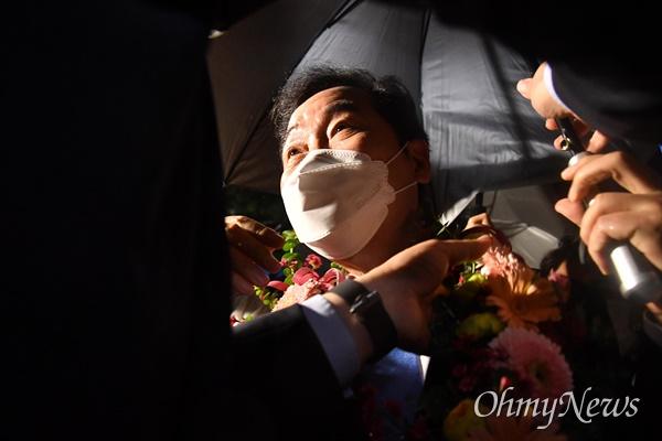 더불어민주당 이낙연 대선 경선후보가 지난 10일 오후 서울 송파구 올림픽공원 SK올림픽핸드볼경기장에서 열린 제20대 대통령선거 후보자 선출을 위한 서울 합동연설회를 마친 뒤 지지자들로 꽃목걸이를 받고 있다.