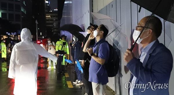 이재명 후보의 과반 승리로 마무리된 더불어민주당 대선 경선 결과에 대해 이낙연 전 대표 측이 이의제기에 나서기로 한 10일 밤 이낙연 전 대표 지지자들이 경선 결과에 항의하며 서울 여의도 민주당사 앞에 모여들고 있다.
