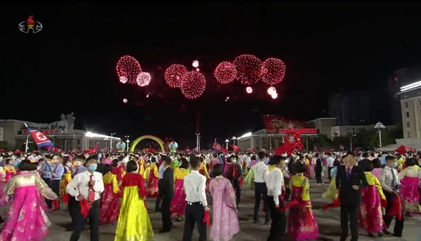 북한은 노동당 창건 76주년인 10일 밤 평양 김일성광장에서 불꽃놀이를 진행했다. 북한 주민들은 가족 단위로 외출해 밤하늘의 불꽃놀이를 구경하고, 청년들은 광장에서 진행된 야회에 참여하며 당 창건일을 기념했다. 다만 북한은 정주년이었던 지난해와 달리 올해는 열병식 등 대규모 행사는 따로 개최하지 않았다.