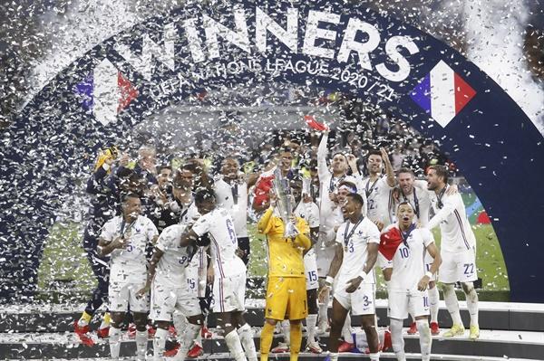 UEFA 네이션스리그 우승을 차지한 프랑스 선수들의 세리머니 모습.