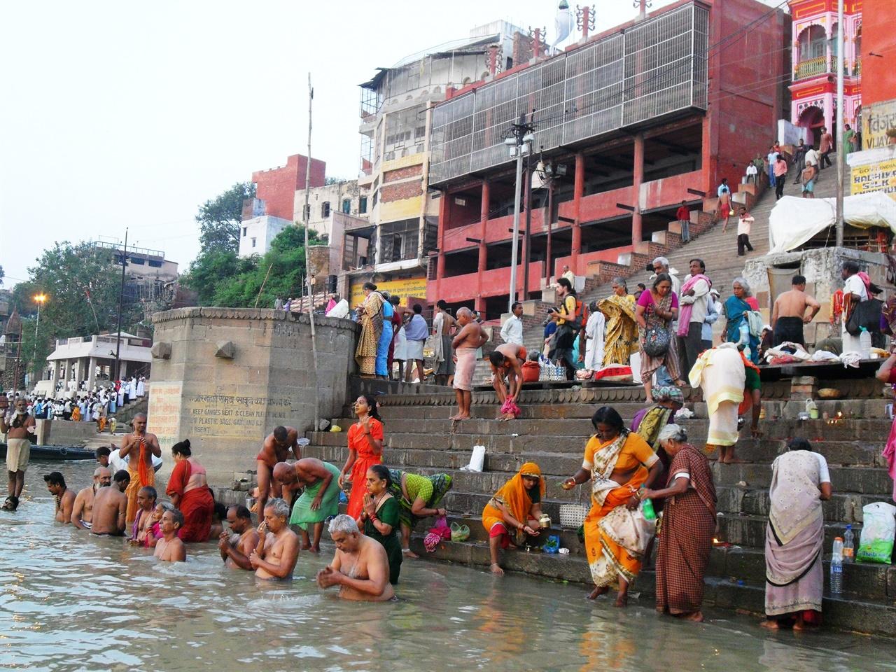 가난과 고통 속에서도 웃음을 잃지 않고 사는 인도 사람들.