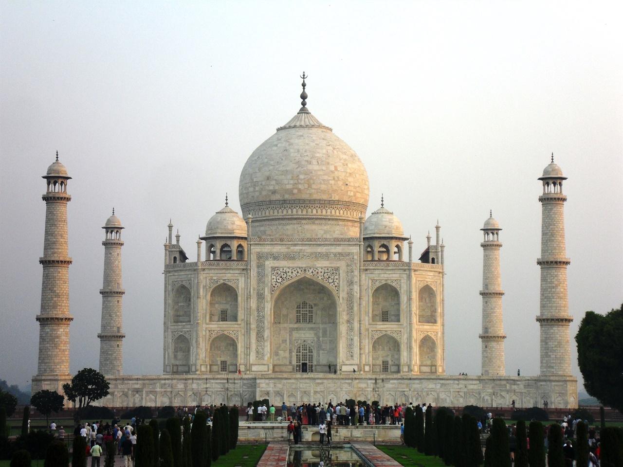 코로나19 사태 이전 인도 타지마할에 모여든 관광객들.
