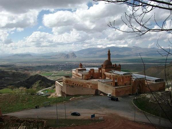 이란과 터키 국경에 자리한 환상적 분위기의 고성(古城).