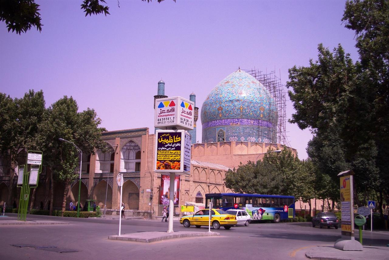 아름다운 푸른색 지붕이 인상적인 이란의 모스크.